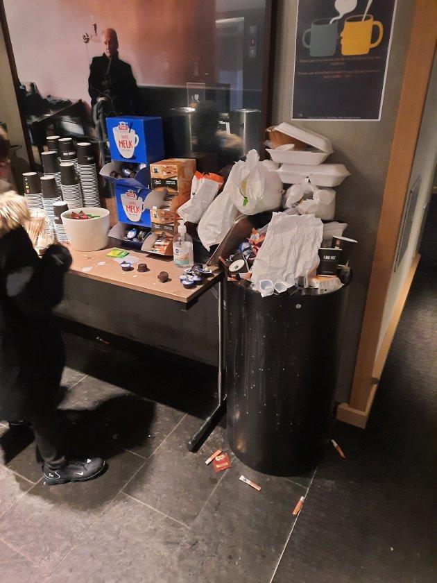 Overfylte søppelbøtter på matstasjonen.