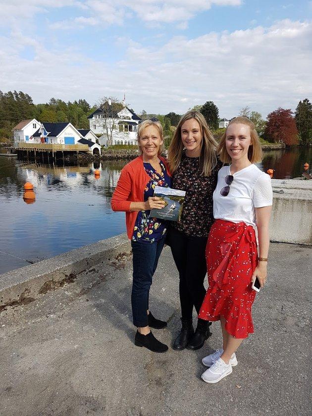 Rita Tjore Dickson og dottera Amanda Dickson frå Florida saman med søskenbarnet Anette Tjore.