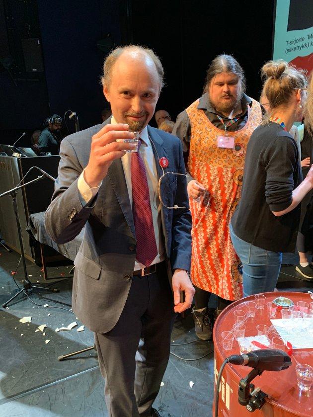 Performance-kunstneren Amund Sjølie Sveen har vært på Arctic Arts Summit og skåler i vodka etter å ha fått vedtatt opprettelsen av et selvstendig Pan Arctica. Hans kunstprosjekt om å gjøre «The North Great Again» er noe så lite tidstypisk som kunst med skarp politisk brodd.