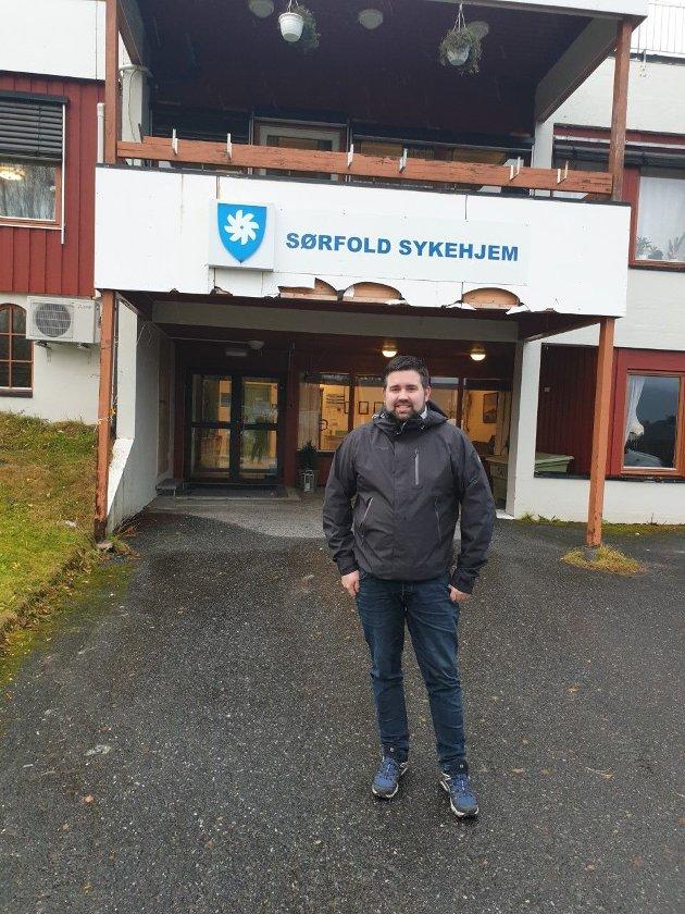 Kolbjørn Mathisen utenfor Sørfold sykehjem