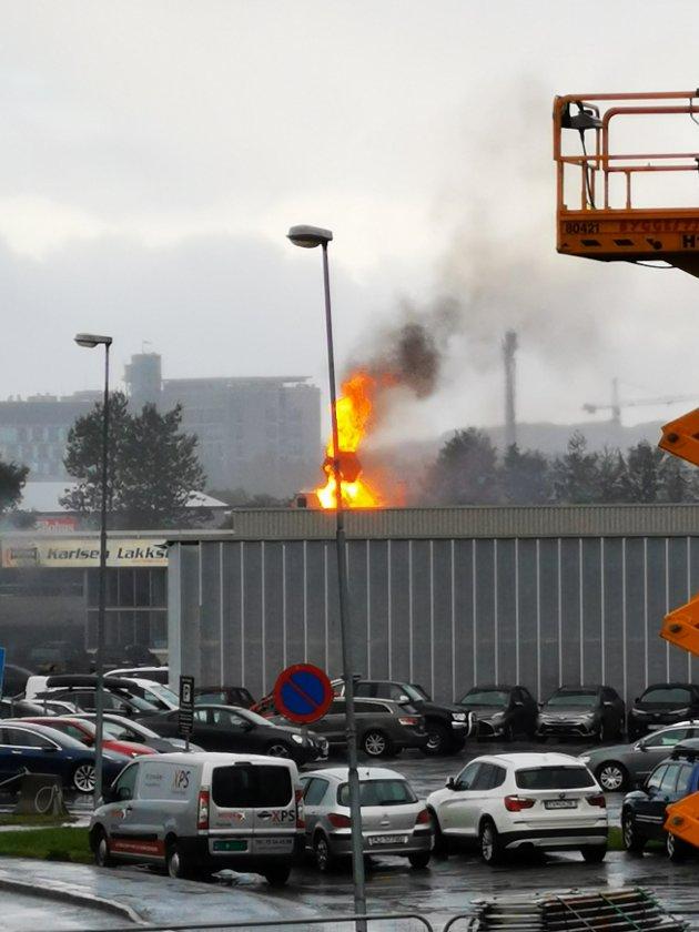 Flammene slo høyt i lufta over Karlsens billakkering.