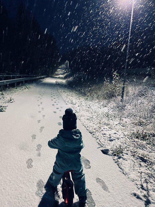 Sander 2 år, snø er ingen problem. Sykkelen er med uansett.