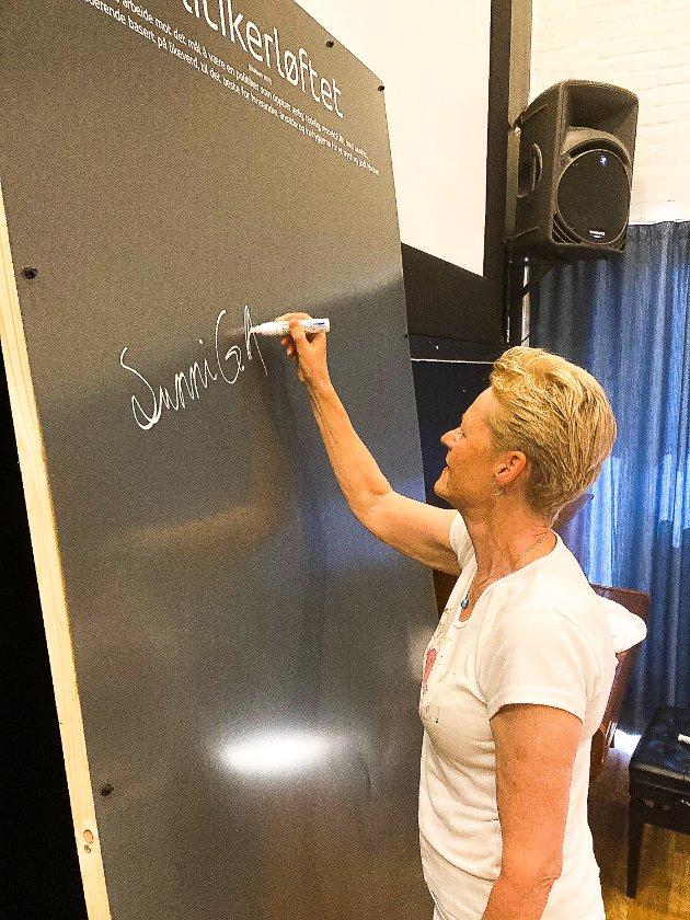 POLITIKERLØFTET: Her signerer ordfører Sunni Grøndahl Aamodt.