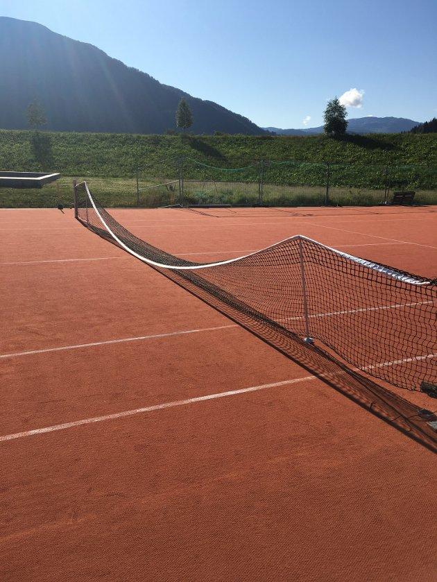 Mangelen på eit moralsk kompass er lett å få auge på i 2019, mellom anna i slike idrettsanlegg som ein kan finne i Hafstadparken, skriv artikkelforfattaren. Bilde viser ein situasjon på tennisbana.