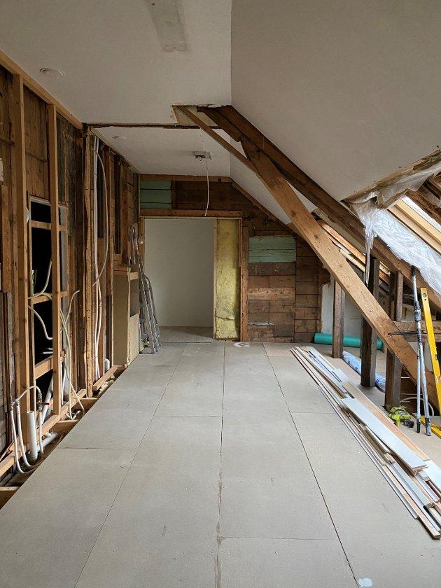 FØR: Kjøkkenet var rimelig primitivt da Hanna overtok det. Foto: Privat.