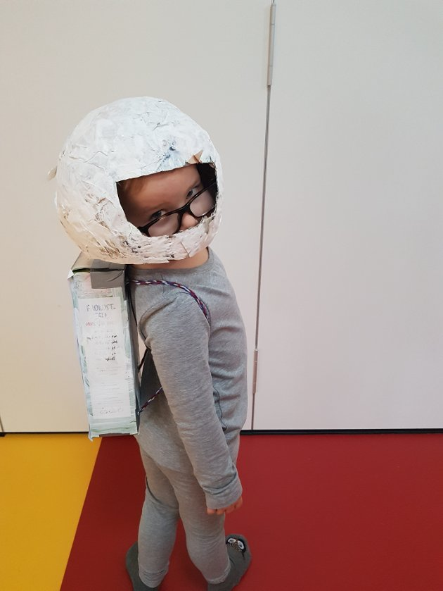 I VERDENSROMMET: I dag tidlig var Theodor Bull ivrig med å komme seg avgårde i barnehagen, for å kle seg opp med astronautkostymet sitt.