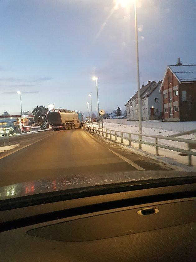 ULOVLIG: Trafikkbildet ved Esso på Skarnes sted fredag morgen klokken 07.40.