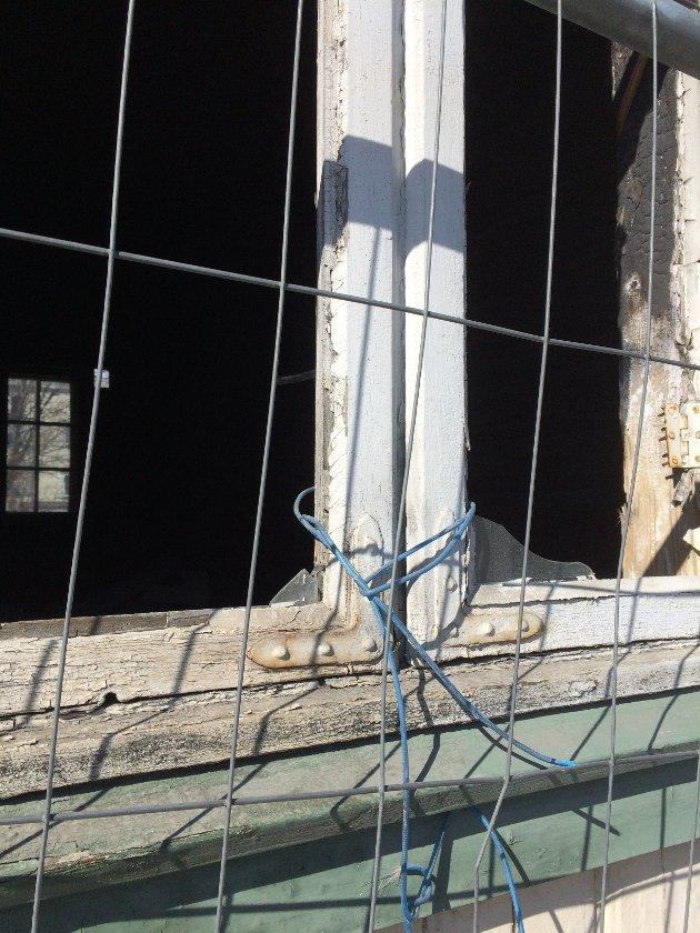 LILLEHAMMER. I mai 2017 ble den verneverdige bygården i Storgata 22 i Lillehammer skadet i brann. Innsenderen etterlyser tiltak for huset som en gang rommet Rambæk bakeri.