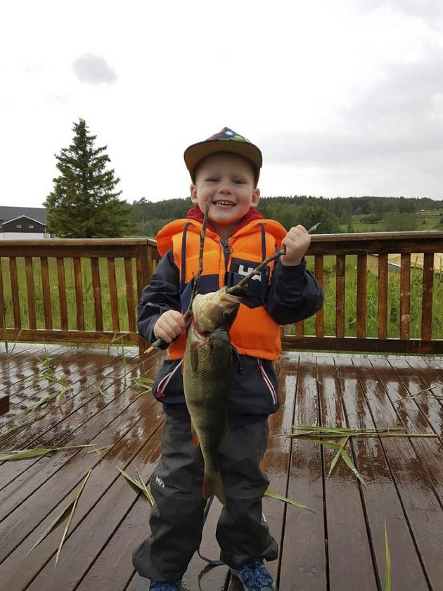 NY STANG: Oliver Bentestuen sin første fisk på ny fiskestang, abbor på 1 kg.