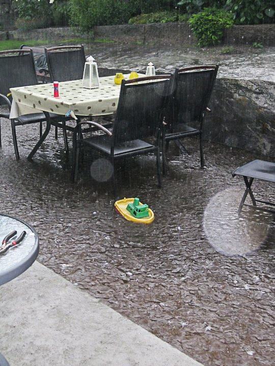 Hjemme hos Hedda og Øivind brække på Buergatene kom det 50 mm nedbør på en times tid 5. august 2010. Den måneden ble det satt ny nedbørsrekord for Halden. I 2018 er det motsatt.