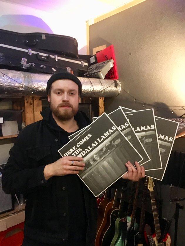 "Håvard Dahle i The Mandalai Lamas studio, ""Mandalai Temple"" med vinylutgaver av den debutplata."