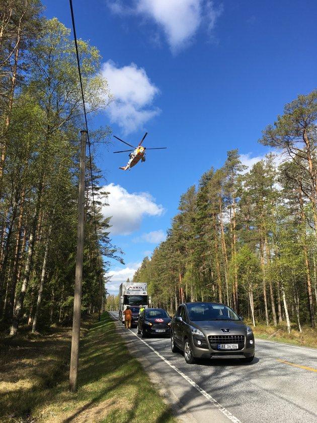 ALVORLIG ULYKKE: Luftambulanse er sendt til ulykkesstedet mellom Halden og Aremark på fylkesvei 21. Bilene på bildet står i kø fordi trafikken er stengt. De har ingenting med ulykken å gjøre.