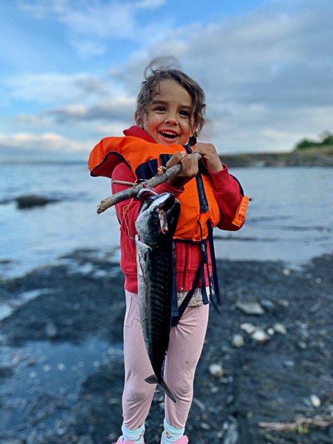 FISKETUR: Bildet er av Ellinor Bekkevold Wium (4 år 23. juli) på fisketur med pappa Ole Peder Wium, som har tatt bildet.