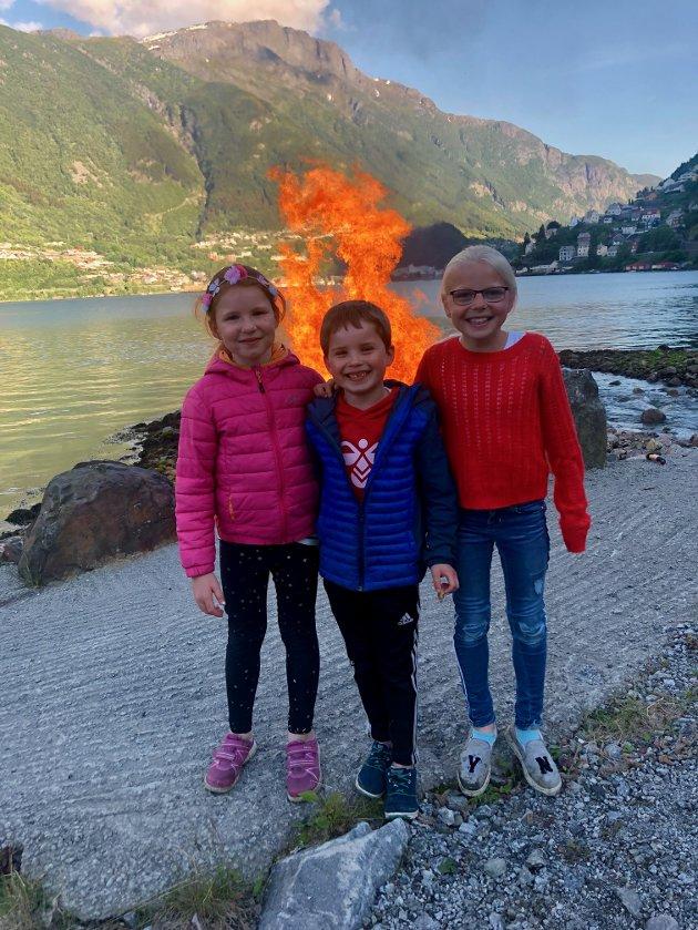 Jonsok på Egne Hjem. Barna på bildet er Oline Meusburger, Jens Haara og Julie Storhaug Svåsand.