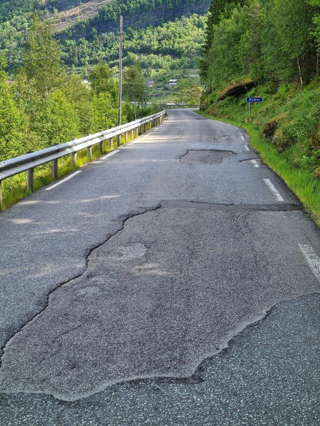 En av mange plasser med dårlig asfalt