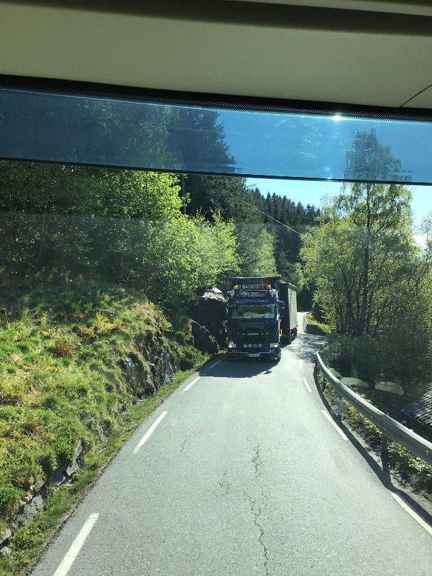 Det er ikke lett når to store møtes på Rv 13. Blide tatt fra førerhytte av passasjer og trailer står naturligvis i ro.