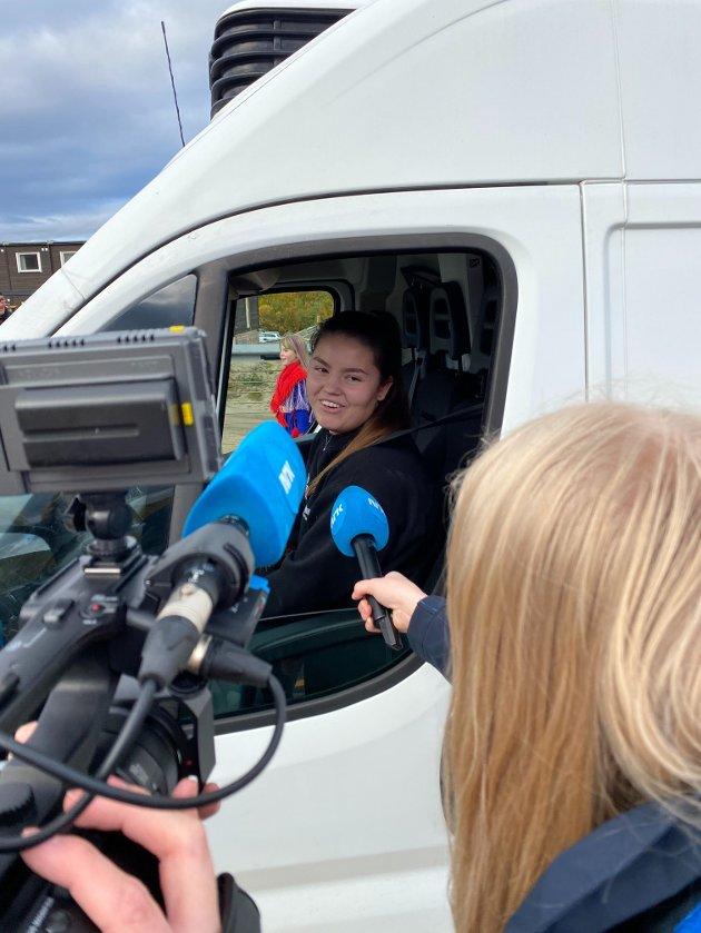 BLOMSTER: Stine Jessen fra Austertana var første bil over brua fra den ene siden.
