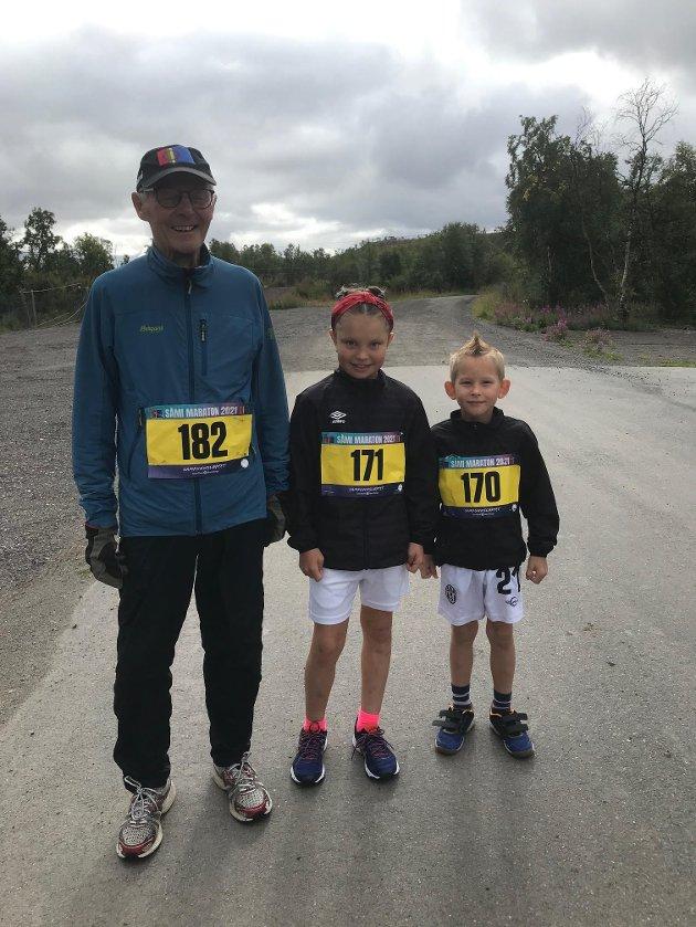 """YNGSTE OG ELDST: Yngst og eldste deltakere var Per Jernsletten (85) fra Karasjok og søsknene Inessa Roskova (8) og Aleksander Roskov (snart 7). De løp alle """"Run4Fun"""" etappen på 4,5 kilometer."""