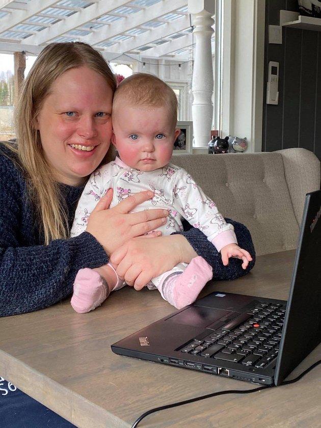 Nyhetsleder Anita Lien Jacobsen jobber hjemmefra i Aurskog, og blir holdt med selskap av datteren Millie.