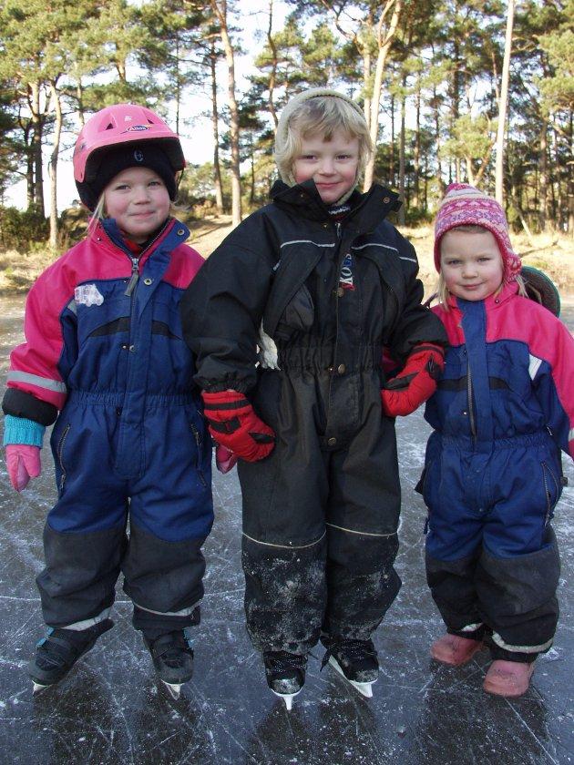I byggjefeltet Landamyro på Halsnøy hadde velforeininga gjirt Storamyro om til skeisebane i februar 2005, til glede for store og små. Her ser du frå venstre.: Johanne Grønseth, Joacim Johnsen og Ingeborg Grønseth