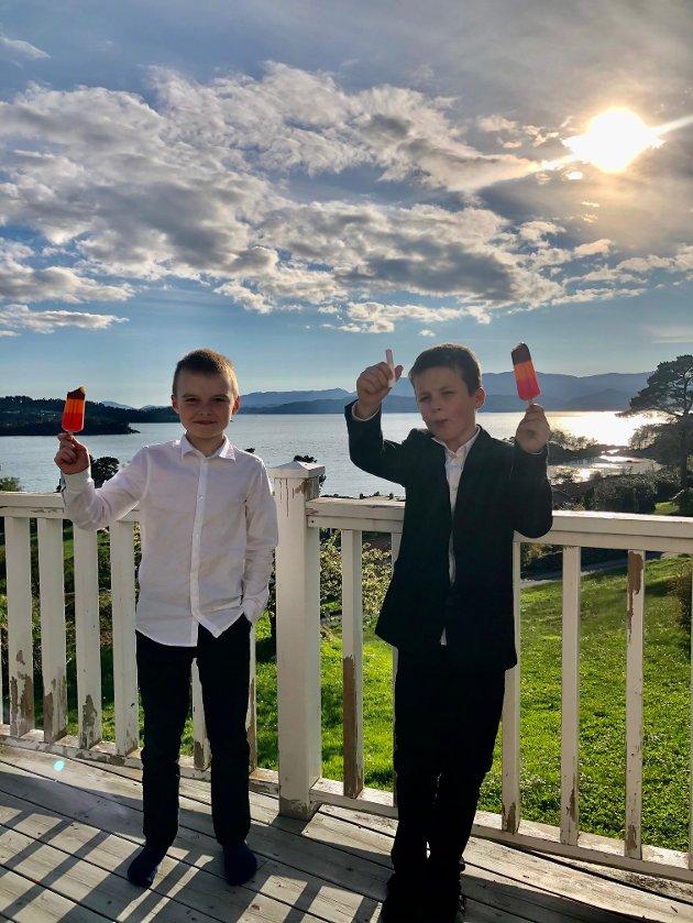 Vegard og Mathias nyt ein av mange is på 17. mai.