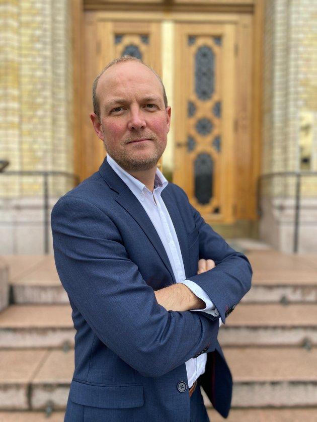 Stortingsrepresentant Ole André Myhrvold (Sp) svarer Høyre om tingretter.