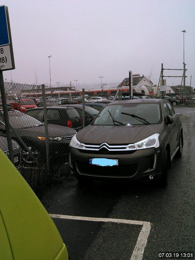 Denne bilen hadde parkert utenfor merket parkeringsplass. Moss kommune opplyser at en gjenganger som ilegges parkeringsgebyr på de kommunale parkeringsplassene, er biler som har stanset eller parkert der hvor det er forbudt.