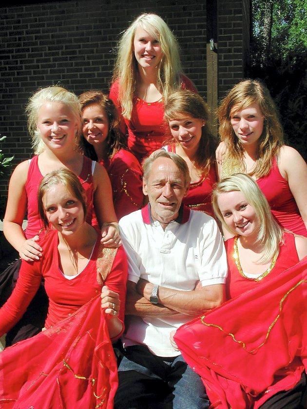 EN ILDSJEL FOR DANSEN: Kåre Blom, flankert av fra venstre Tuva Lindberg (17), Lulie Olavessen (18), Helen Haslevang (16), Kaja Løkke (15), Ann-Therese Kildal (17), Cathrine Kildal (17) og Marthine Mellem (18)