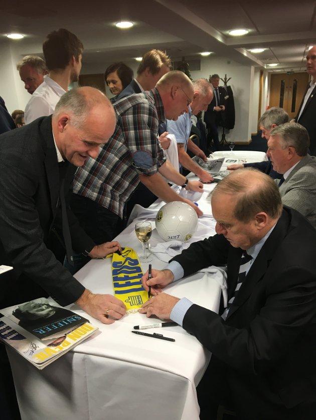 MØTE MED LEGENDEN: Å møte selveste Peter Lorimer var et stort høydepunkt for en mann som har fulgt Leeds i snart 50 år.  Sist uke døde Lorimer, som var et ikon på fotballøya og blant svært mange fotballfans - også de som ikke heiet på Leeds.