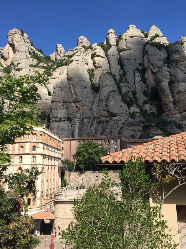 KOR SKA VI REIS?: Nok en sommer hvor det er tryggest å holde seg innenlands. Selv om en kan lengte til opplevelser, som her fra spanske Montserrat, er det nok av opplevelser å velge blant i Norge til glede for turistnæringa, også i Namdalen.
