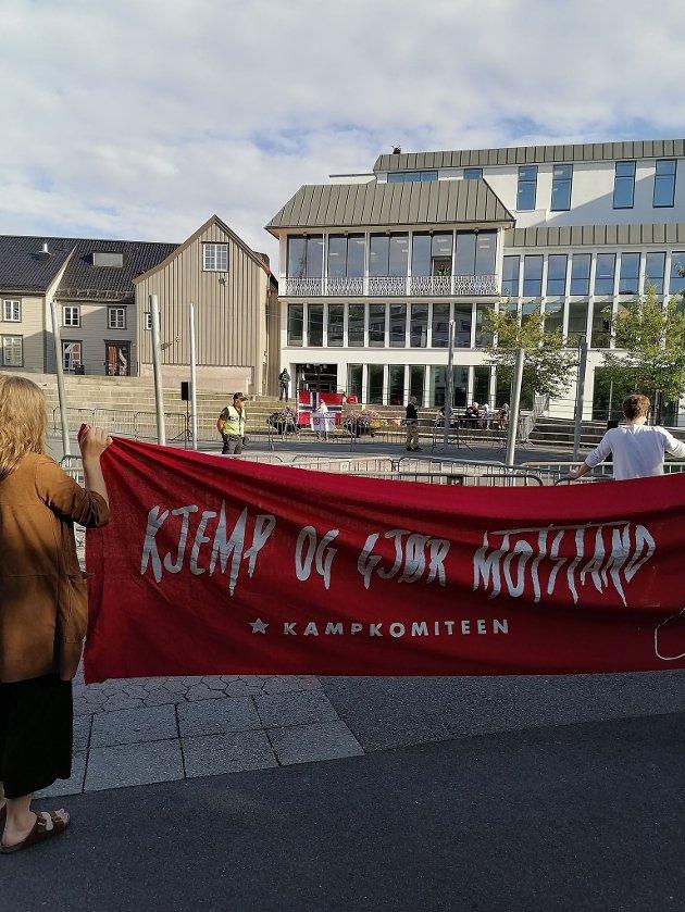 Banneret til motdemonstrantene da SIAN holdt taler