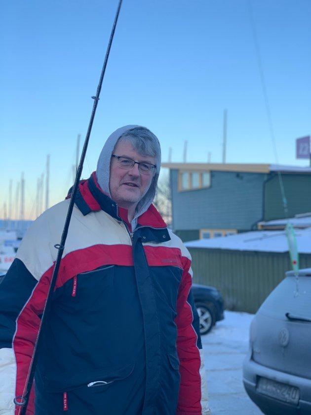 Oskar Midel (50) var på Skansen for å fiske, uten hell denne søndagen. - Forrige helg hadde jeg en stor torsk på kroken, men jeg fikk den ikke opp. I dag har det ikke vært noe fisk, sier han. Midel er fra Nederland og har bodd i Trondheim siden 2007. Han fisker alene fordi ingen andre i familien hans fisker.