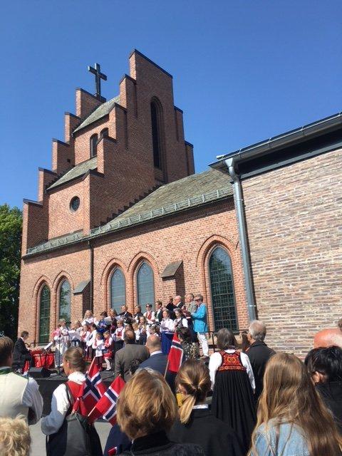 - Flott 17. mai-samling på Kirkebakken! skriver Øivind Wisløff, som har sendt oss dette bildet fra Nordstrand kirke.