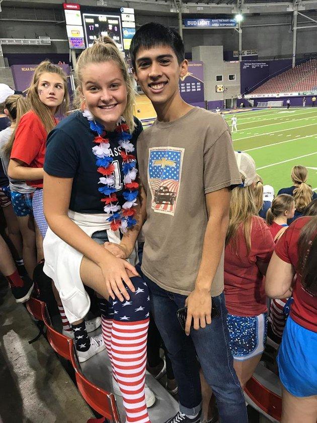 FOTBALLKAMP: På amerikansk fotballkamp med en annen utvekslingselev.