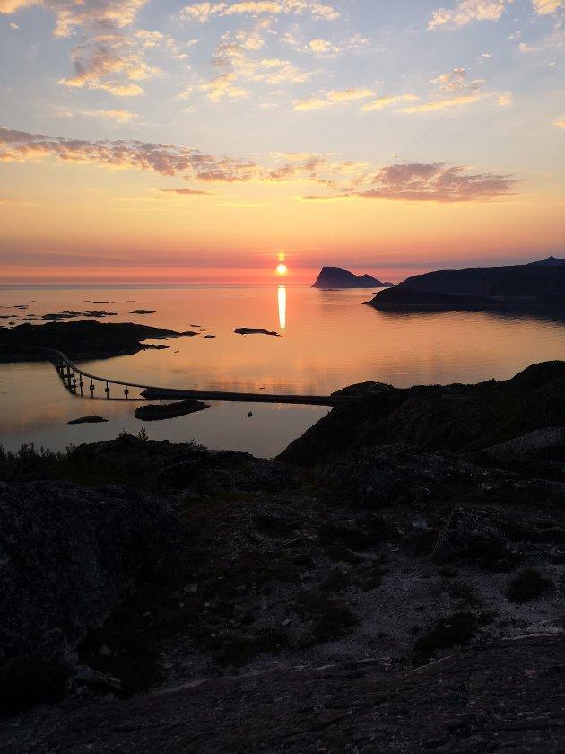 VAKKERT SKUE: Sommarøya og Håja badet i midnattsol.  Foto: Catrine Ommedal
