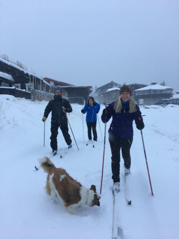 Konferansegjester på Spåtind Sport Hotel benyttet sjansen til å teste skia i pausen. Det er meldt kaldt fremover, og Spåtind er optimistiske på at nå blir snøen liggende. – Synnfjelløypene har kjørt i timesvis i dag med ATV og rulle for å sette såle og forberede grunnlaget for tidlig-skisesongen i Synnfjellet. Om 10 dager kommer de første skigruppene på familiehelgsamling for å trene på tidligsnø, melder Maj Elin Storeide på Spåtind Sport Hotel.