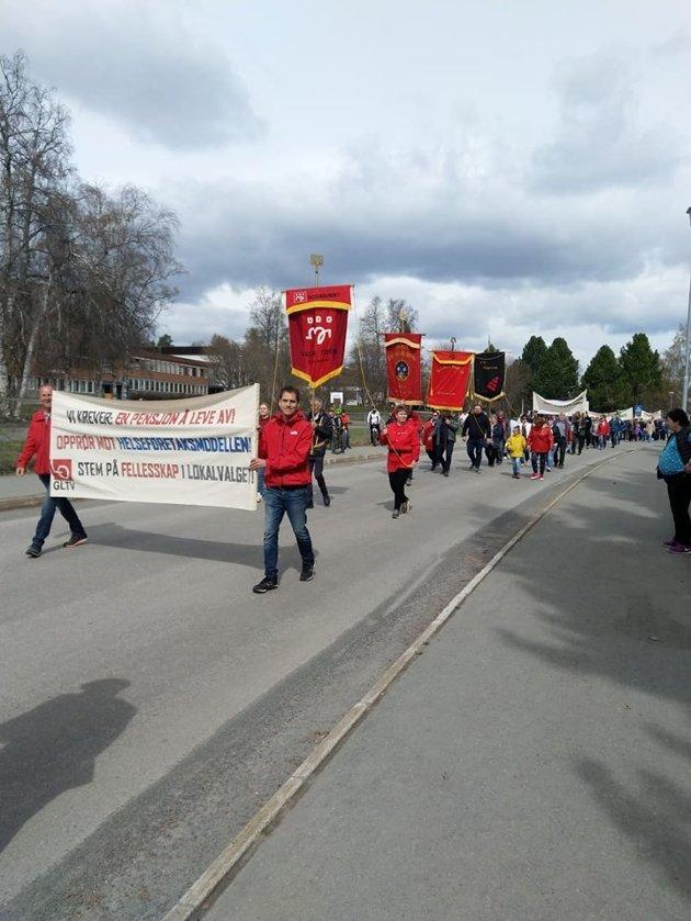 TOG: Årets 1.maitog var preget av lokale kamper med blant annet parolene «Opprør mot helseforetaksmodellen» og «Stopp raseringen av Reinsvoll og Gjøvik sykehus», skriver artikkelforfatteren.