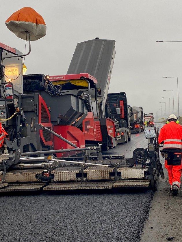 JOBB: - Det lukter nylagt asfalt i Innlandet og jobben gjøres av dyktige fagfolk, skriver Randi W. Krogstad i Entreprenørforeningen Bygg og Anlegg Innlandet.