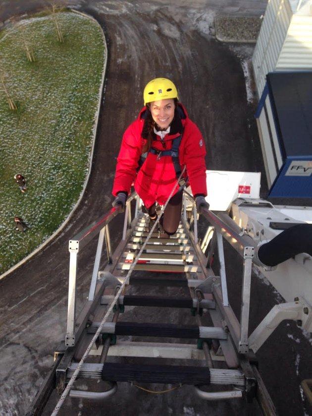 TIL TOPPS: Nicoline Kongsten klatret 20 meter opp i stigebilen. Det var en av testene jentene måtte gjøre da de var på åpen dag på Ski brannstasjon.