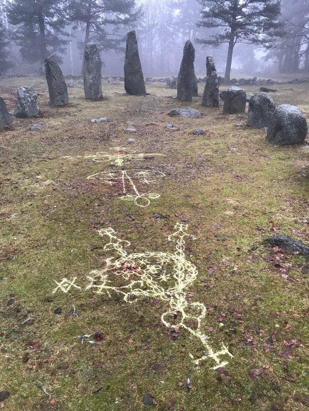 SYMBOLER: Intrikate mønster laget på gravminnet på Istrehågan har skapt engasjement.