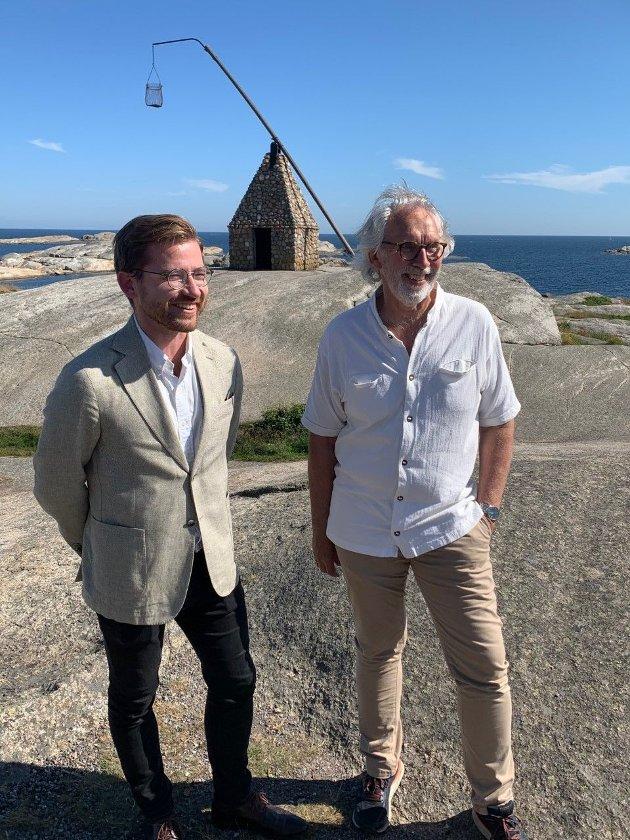 Sveinung Rotevatn og Carl-Erik Grimstad ved vippefyret på Verdens Ende