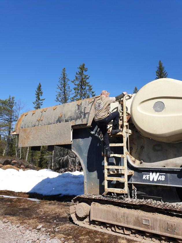 Forfatteren entrer mobilt steinknuseverk,første aksjon mot utbygging av vindkraft Finnskogen, 22 april 2019