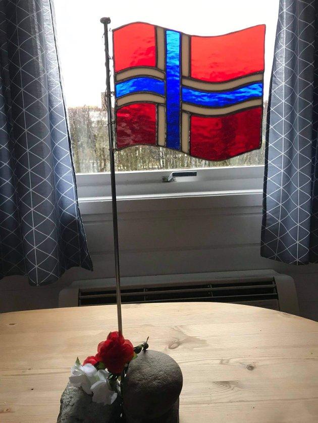 FLAGG: Bordflagg i glass laget av meg i fjor må frem