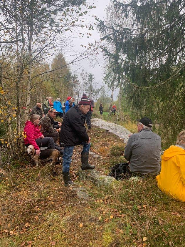 POPULÆRT: For første gang inviterte DNT Indre Østfold til historisk tur i Østre Rakkestad. Mange tok turen og fikk besøke et stort antall historiske steder, som blant annet Sagfossen.