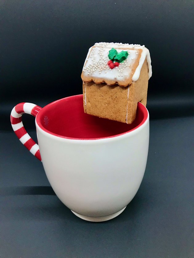 KAFFE OG KAKE: Natascha Oliversen lager blant annet skreddersydde pepperkakehus til kaffekoppen.