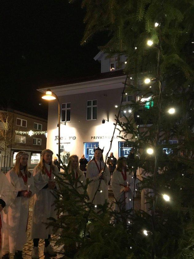 KJÆR TRADISJON: Siden midten av 1960-tallet har avgangselever ved Bergenhus barneskole lyst opp mørket med sitt Lucia-tog. Selv om det ble en redusert markering i år, holdt de tradisjonen ved like.