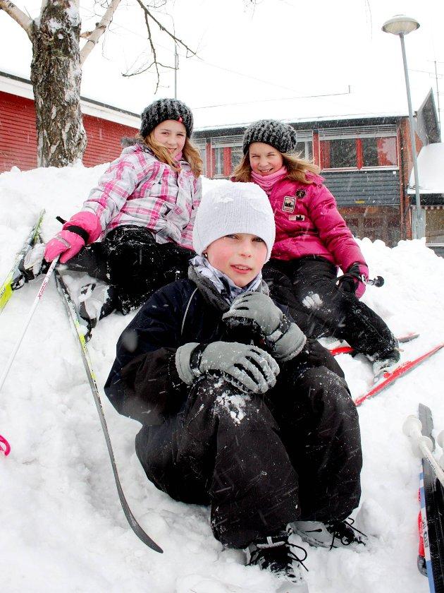 Skidag: Kasper Wilsson foran, oppe f.v. Eline Jelsnes og Tuva Hansen fra fjerdeklasse på Os skole i 2010.