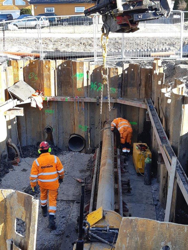 VANN- OG AVLØP: I løpet av de neste to årene skal nærmere 70 år gamle vann- og avløpsledninger skiftet ut med nye. Tune Graveservice AS er engasjert av Rakkestad kommune til å utføre oppdraget.