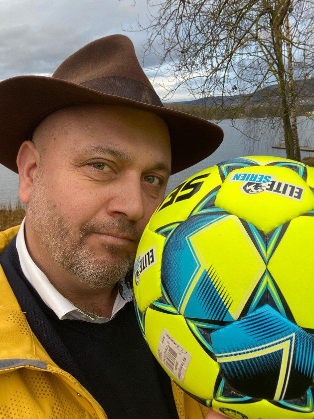 """Bernt Torp øver med ball til neste """"nødlandslag""""."""