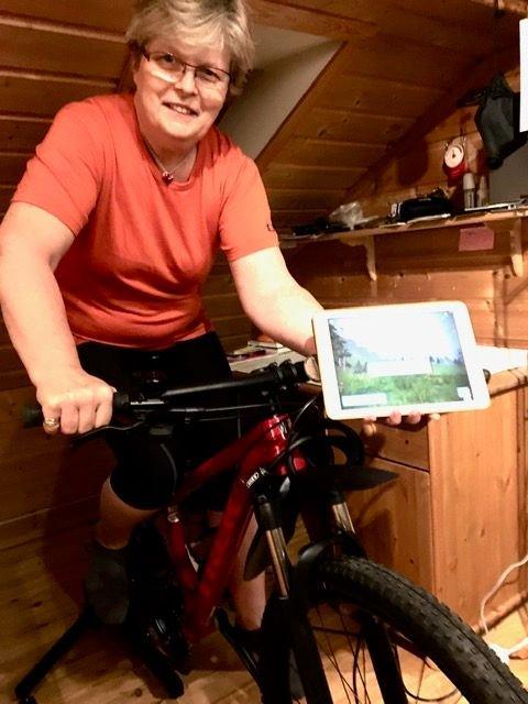 Irene K. Furulund - tester sykkel for innendørs trening med nettbasert Zwift-program